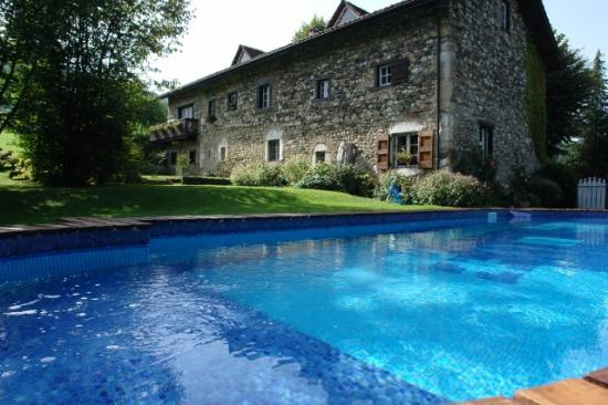 maison prise avec l'eau de la piscine